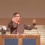 Pastori Mika Tapio saarnamassa